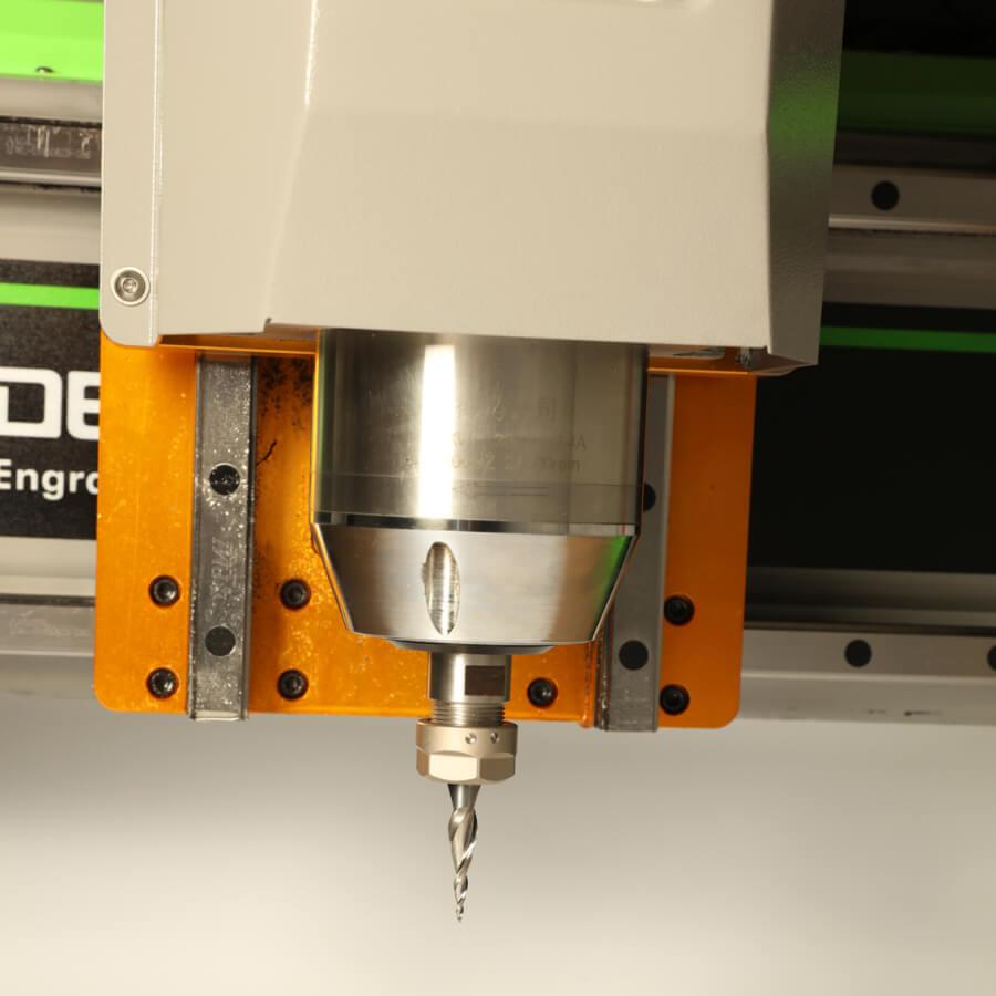 得马dema M1雕刻机  M1 功能特性 一款中型高速雕刻机,适合高速切削加工。 采用整体板材焊接结构,成形后经时效处理一次性精加工。 整机采用齿条双驱结构,机床具备稳定性和抗拉性。 采用进口材料制成的高柔性电缆,机床在长期反复的运行中,不易被折断。 配备成熟的WEIHONG手柄控制系统保证机床高速情况下运转。 配备定制铝合金加厚台面。  【适用行业和材料】 广告行业:亚克力切割、密度板切割、双色板雕刻、各类广告板材、标识制作。 家具行业:橱柜门、木门、实木、红木家具,仿古家具各类复合板材的切